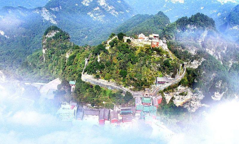 武当山风景区位于湖北省西北部丹江口市境内, 属大巴山东段.